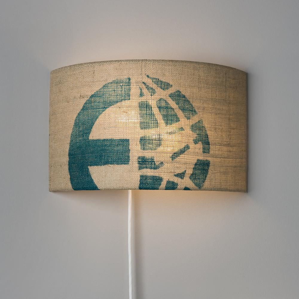 Wanleuchte mit Textilkabel und Stecker von lumbono